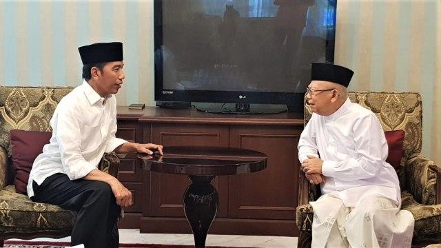 Jokowi berbincang dengan Ma'ruf Amin