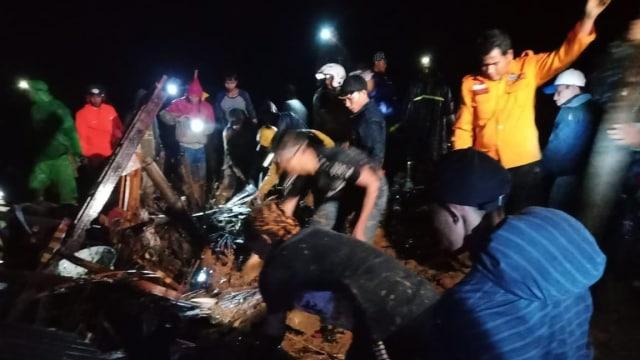 BPBD Sukabumi evakuasi warga yang tertimbun longsor.