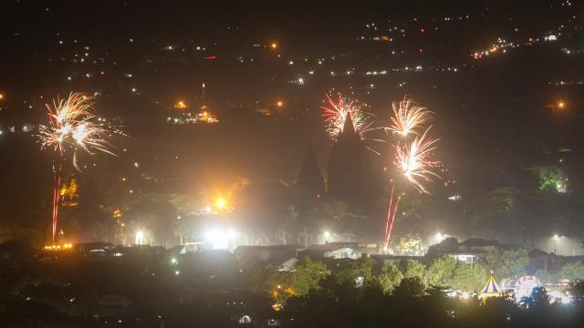 Enggak Perlu ke Luar Negeri, Ini 5 Tempat Pesta Kembang Api Tahun Baru (251)