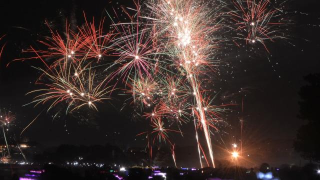 Enggak Perlu ke Luar Negeri, Ini 5 Tempat Pesta Kembang Api Tahun Baru (254)
