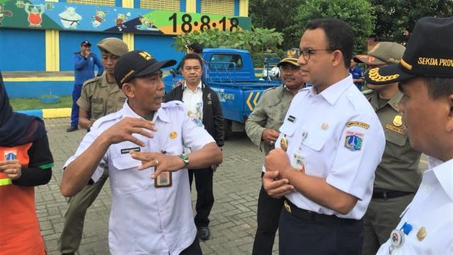 Gubernur DKI Jakarta, Anies Baswedan, meninjau kondisi Kali Item, Jakarta