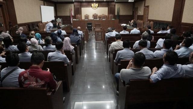 Karyawan PT. NKE bersiap-siap sebelum sidang vonis dimulai