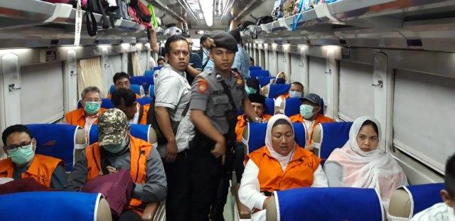Diborgol, 12 Anggota DPRD Kota Malang Dibawa ke Surabaya Pakai Kereta (59423)