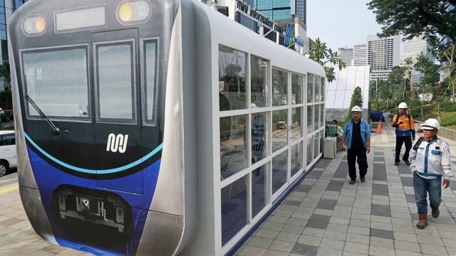 Gerbong kereta MRT' berada di trotoar kawasan Sudirman