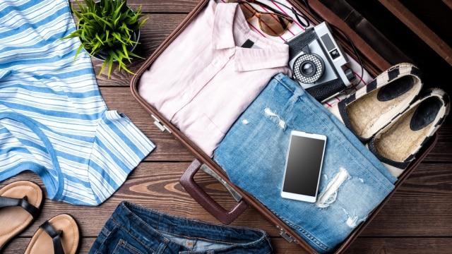 Ilustrasi barang bawaan dalam koper
