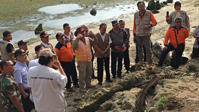 Melihat Batu Koral yang Tersapu Tsunami 3.000 Tahun Lalu di Banten (1150)
