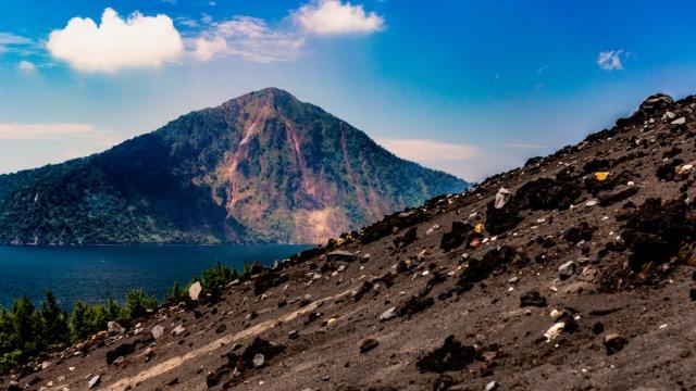 Gunung Anak Krakatau sebelum erupsi dilihat dari pulau terdekat