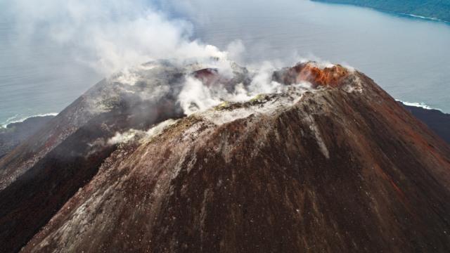 Melihat Penampakan Gunung Anak Krakatau Sebelum dan Sesudah Erupsi (319272)