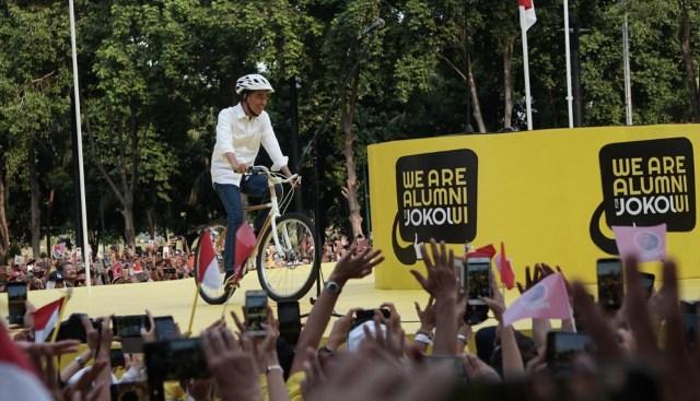 Jokowi Datang Pakai Sepeda Hadiri Deklarasi Dukungan Alumni UI (7073)