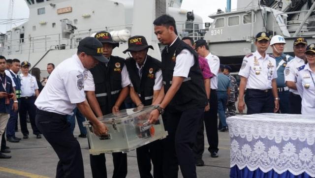 Penyerahan CVR Lion AIR dari TNI-AL kepada KNKT
