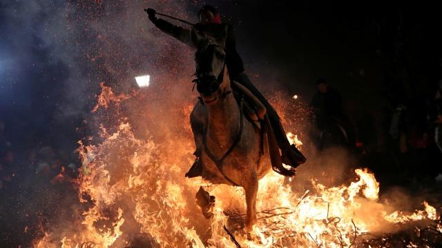 "Mengendarai kuda, api, perayaan tahunan ""Luminarias"", Saint Anthony's day, desa San Bartolome de Pinares, Madrid, Spanyol"
