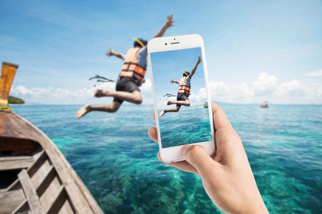 Ilustrasi Foto Menggunakan Kamera Smartphone