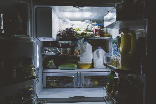 Ilustrasi menyimpan makanan sisa di kulkas.