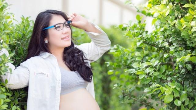 Ibu hamil berkacamata