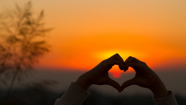 Ilustrasi cinta dan matahari terbenam