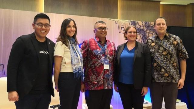 Director Global Politic & Government Outreach Facebook, Katie Harbath (kedua dari kiri), Anggota Bawaslu, Fritz Siregar (tengah), dan VP Public Policy & Communications WhatsApp, Victoria Grand (kedua dari kanan).