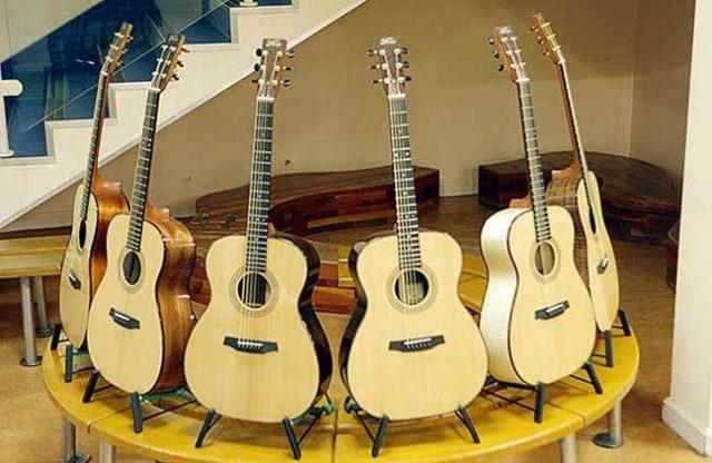 Gitar akustik.