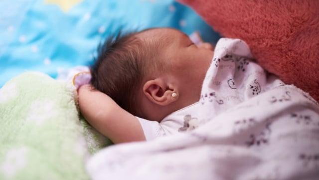 Alice Norin Tindik Telinga Bayi Perempuannya di Usia 2 Bulan! Aman Enggak, Sih? (48062)