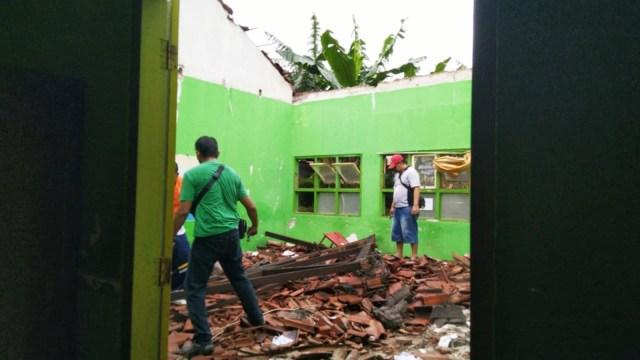 Puting Beliung Robohkan Atap Sekolah di Semarang (192818)