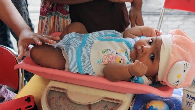 Ilustrasi bayi menimbang berat badan.
