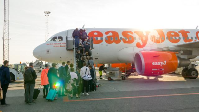 Penumpang memasuki pesawat easyJet di Prancis