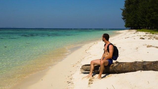 Traveler sedang menikmati Karimunjawa yang eksotis