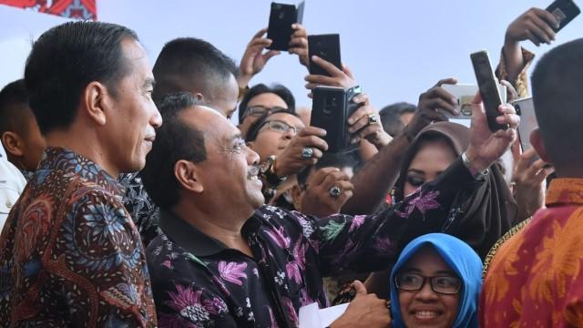 Presiden Joko Widodo berfoto dengan peserta Hari Pers Nasional 2019
