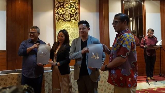 Suasana penandatanganan pakta integritas oleh moderator dan panelis debat kedua capres di Pemilu 2019