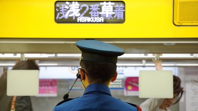 Oshiyas, pendorong penumpang di kereta Jepang