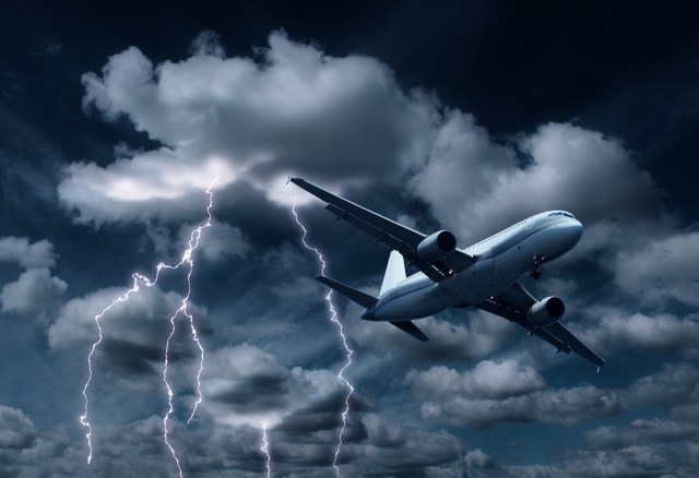 Ini yang Sebenarnya Terjadi Jika Pesawatmu Mengalami Turbulensi (619373)