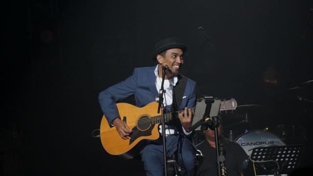 Penampilan Glenn Fredly pada konser Harmonia Titik Balik di Balai Sarbini, Jakarta