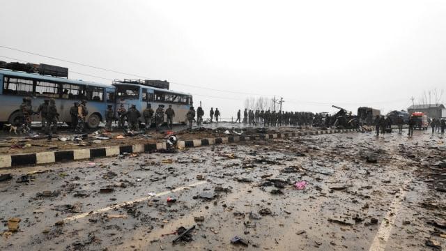 Tentara India memeriksa puing di lokasi ledakan di Lethpora di distrik Pulwama, Kashmir selatan, India