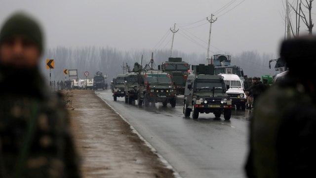 Tentara India berjaga di lokasi ledakan di Lethpora di distrik Pulwama, Kashmir selatan, India