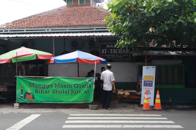 Berbagi Makanan Masjid At Taubah Beri Makan Gratis Usai