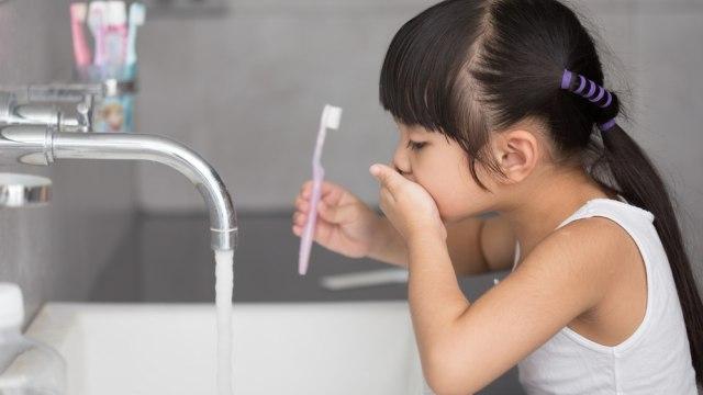 Anak Makan Buah di Malam Hari, Apakah Harus Tetap Sikat Gigi Sebelum Tidur? (462050)