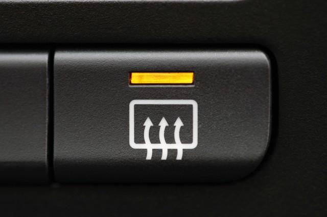 Sudah Tahu Fungsi Garis-garis di Kaca Belakang Mobil? (65741)