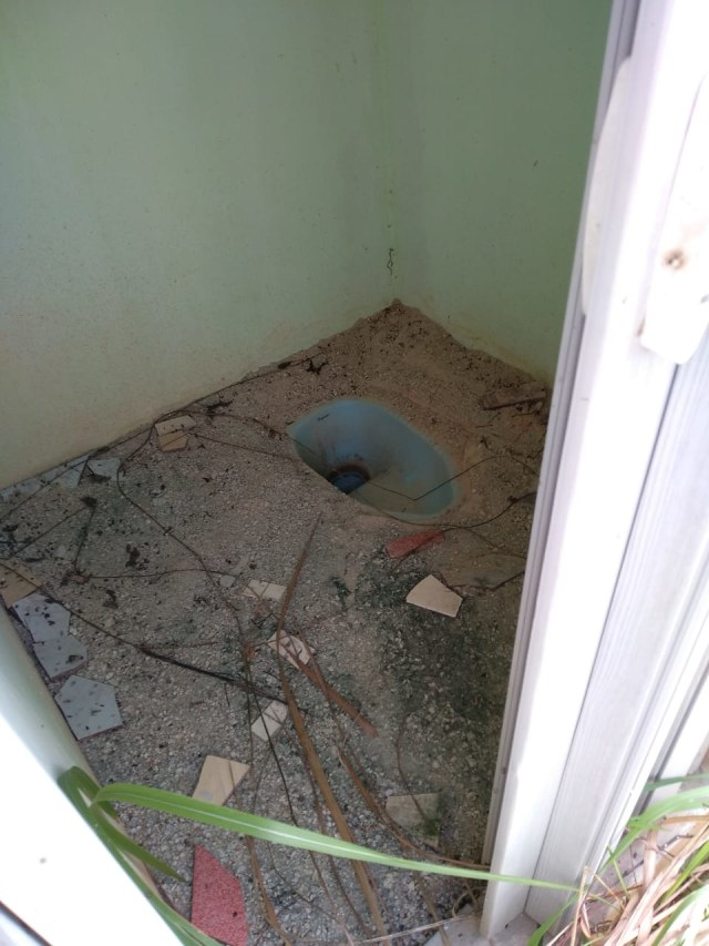Proyek Toilet Umum Rp 1 Miliar di Karimun Mangkrak (270412)