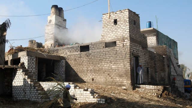 Pembuatan molase madu hitam khas mesir di sebuah pabrik kecil di Mallawi, provinsi Minya, Kairo, Mesir