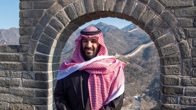 Hadiri KTT, Emir Qatar Tiba di Saudi Disambut Pelukan Pangeran MbS (74809)