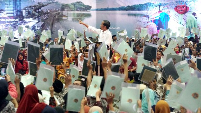 Jokowi, Penyerahan sertifikat tanah untuk rakyat, Gelanggang Remaja, Jakarta Selatan