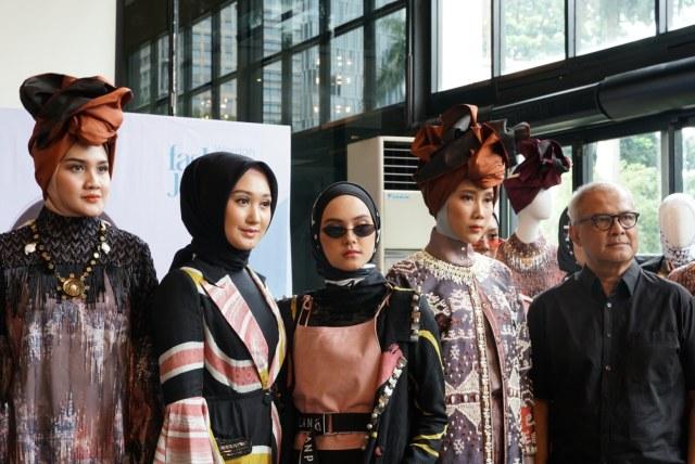 Koleksi Dian Pelangi dan Itang Yunasz di New York Fashion Week