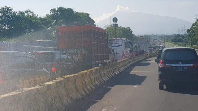 Kemacetan di pintu tol Ciawi arah Puncak