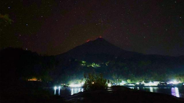 gunung karangetang malam hari.jpg