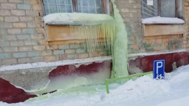 Salju berwarna hijau di Rusia