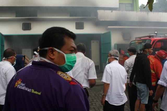 FOTO: Ruang Panel Listrik Paviliun RS Saiful Anwar di Malang Terbakar  (69235)