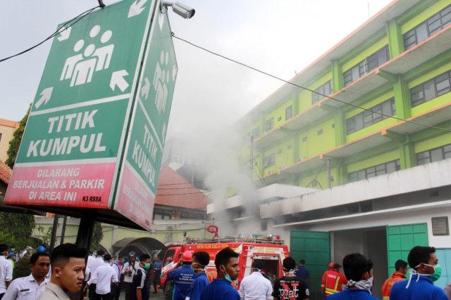 FOTO: Ruang Panel Listrik Paviliun RS Saiful Anwar di Malang Terbakar  (69237)
