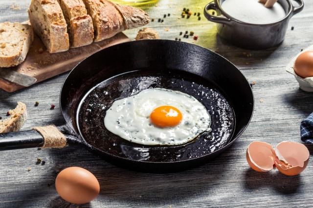 Menggoreng telur