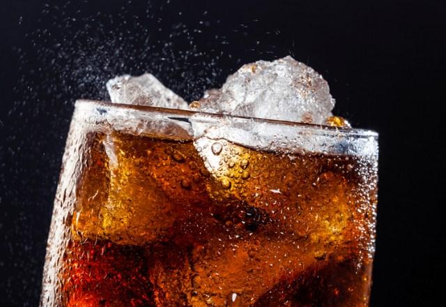 Tampak Dekat Minuman bersoda dalam gelas dengan es