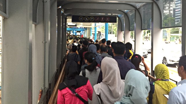 Antusiasme Warga Nikmati JPO Gelora Bung Karno yang Baru Diresmikan (535208)