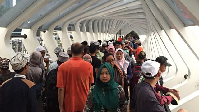 Antusiasme Warga Nikmati JPO Gelora Bung Karno yang Baru Diresmikan (535210)